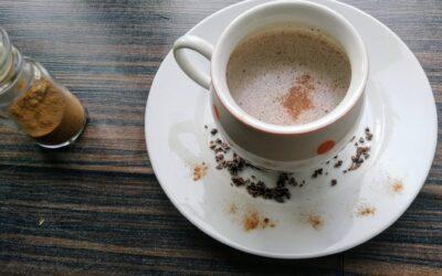 Povzbuzující nápoj zkakaových bobů
